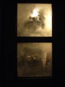 ドアのくもったガラスが、向こうの世界にストーリーをつくり出す