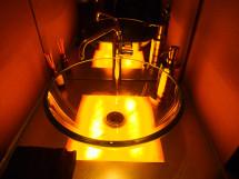 炎をイメージしてオニキス(オレンジカルサイト)をカウンタートップにした手洗いカウンター