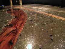 コンクリートと落木のテーブル