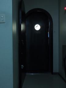 レトロなビルと入口ドア