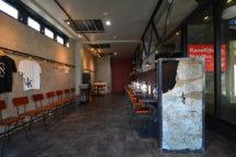 裏通りの塀をイメージしながらつくったオブジェ。ラーメンの空間には、こんな要素が必要だ。