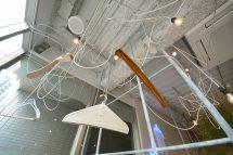 天から降りてくるヒトガタとしてのハンガーのショールーム&カフェの入口に「雲」