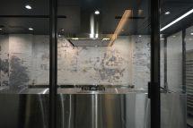 壁と制作物との共存で、豊かな時間の重なりを感じられることを目的としている