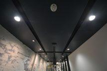 照明のラインを埋め込んだ天井