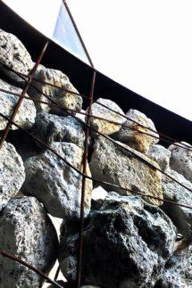 フレームの鉄さびが石へ移っていく