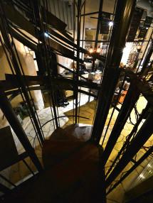 階段のフレームから階下を見る