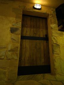 重い木の扉
