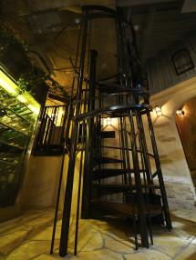 食べ物の香りが「火」によって立ち上り拡散するイメージを喚起する螺旋階段