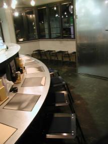 ステンレスのカウンターには倉敷製の特注瓦が埋め込まれ、拭くたびに黒光りを増していく