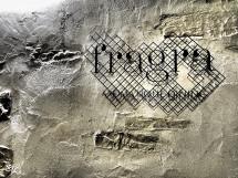 凹凸のある左官壁を背景に文字を浮かせた看板