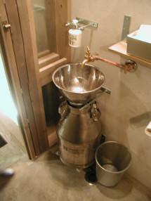 牛乳缶の手洗い器